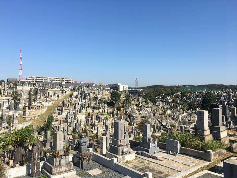 墓石がたくさん並ぶ八事霊園