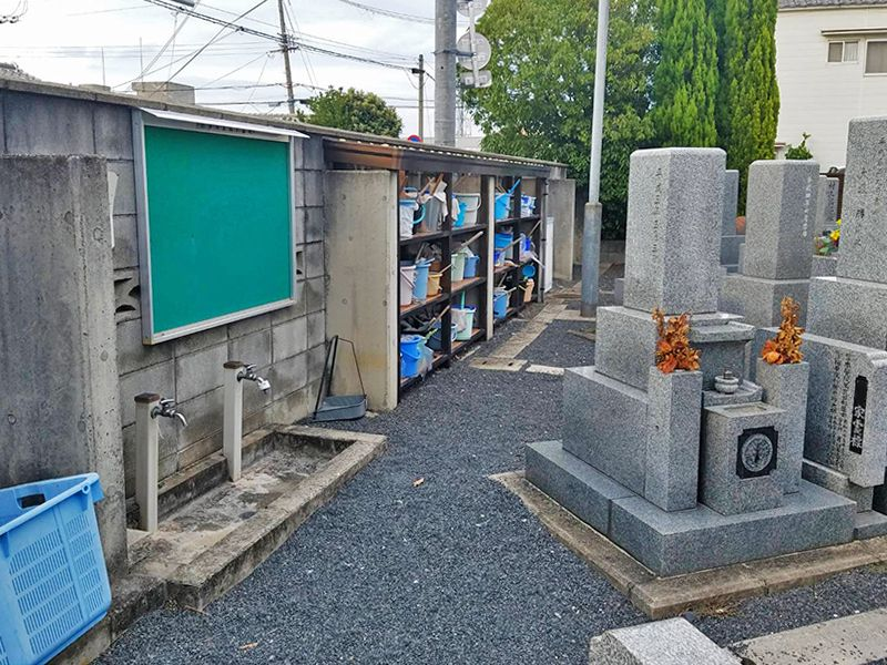 摂津市営 鳥飼下墓地 掃除用具置き場と水場