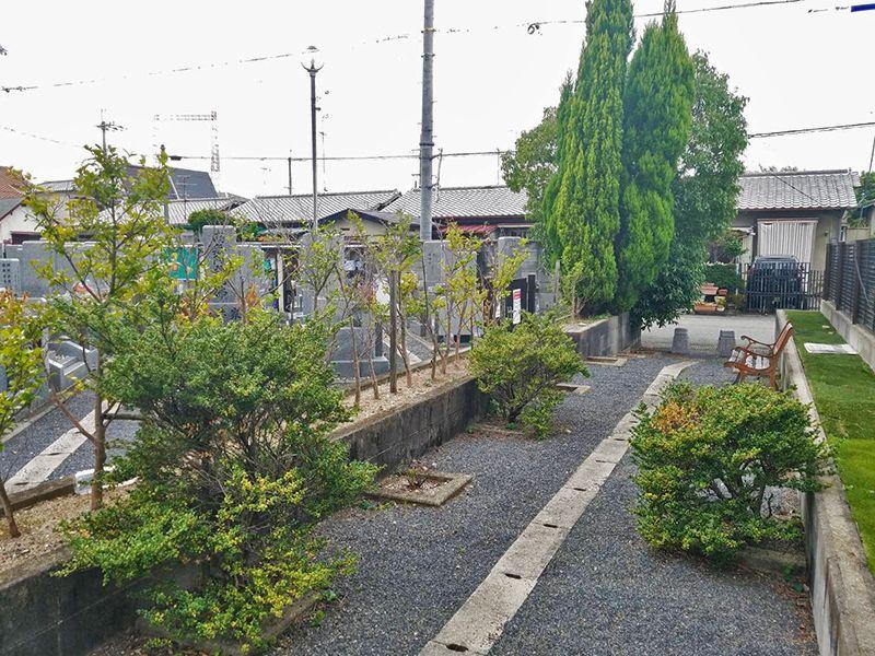 摂津市営 鳥飼下墓地 植栽が鮮やかな園内