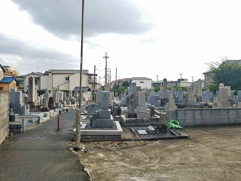 氷室墓地 様々な墓石が混在する墓域