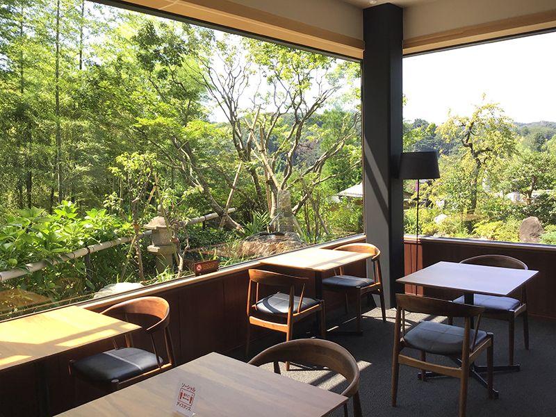 メモリアルフォレスト多摩 カフェテラスから眺める庭園の風景