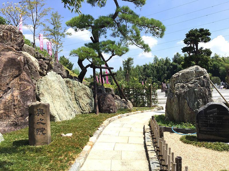 メモリアルフォレスト多摩 墓域に通じる石畳