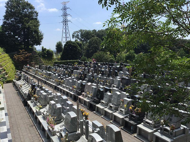 メモリアルフォレスト多摩 墓石に添えられた花