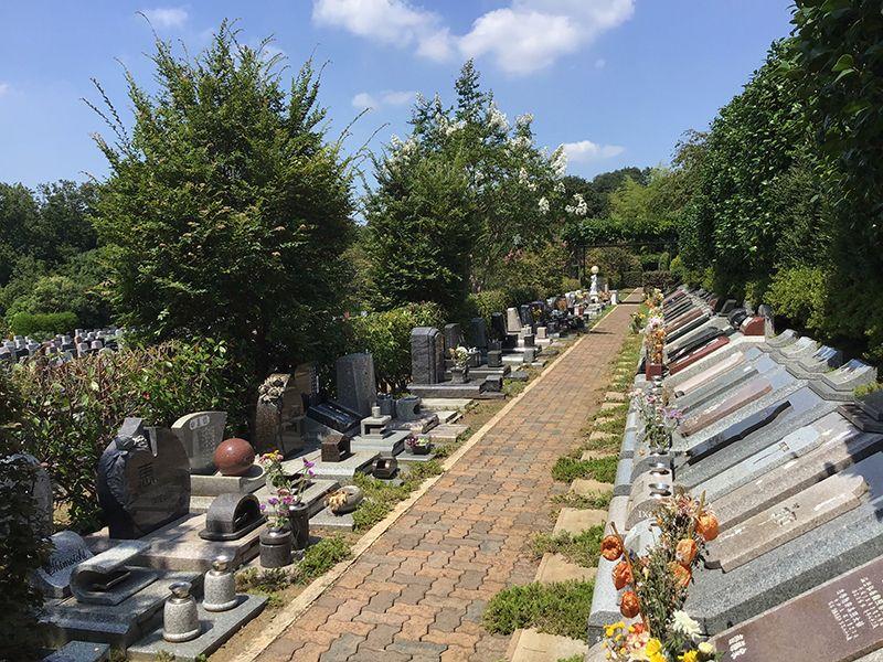 メモリアルフォレスト多摩 霊園内には様々な墓石が混在