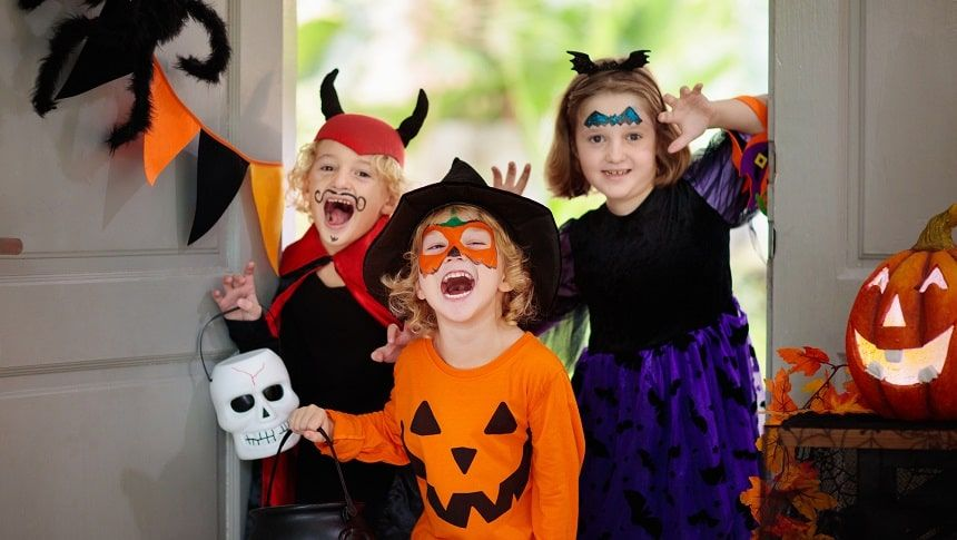 ハロウィーン用に仮装した子供たち
