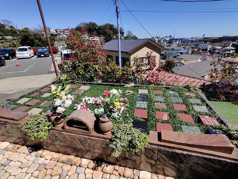 磯子の丘・海の見える樹木葬 供えられた数種類の花