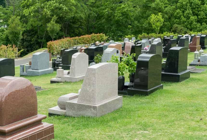 墓石がならぶ霊園