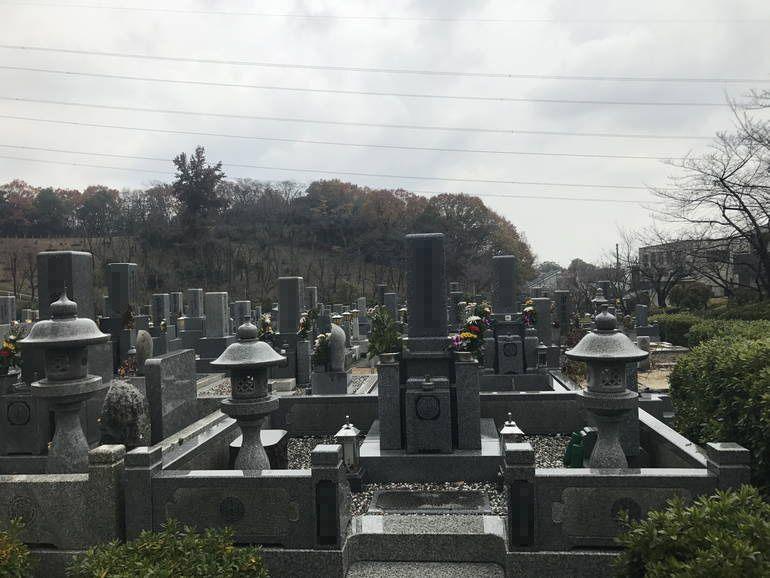 大阪狭山市営 西山霊園 外柵のある墓石