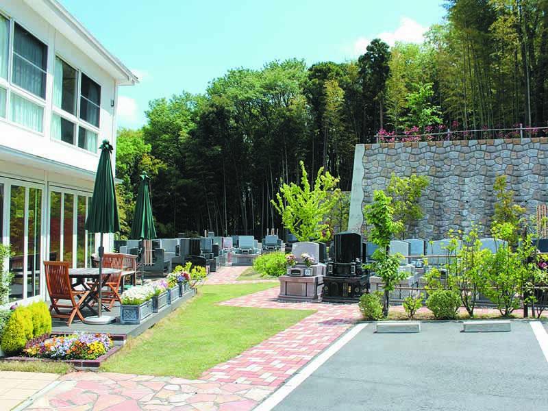 都筑まどか霊園 墓域近くにある駐車スペースと休憩所