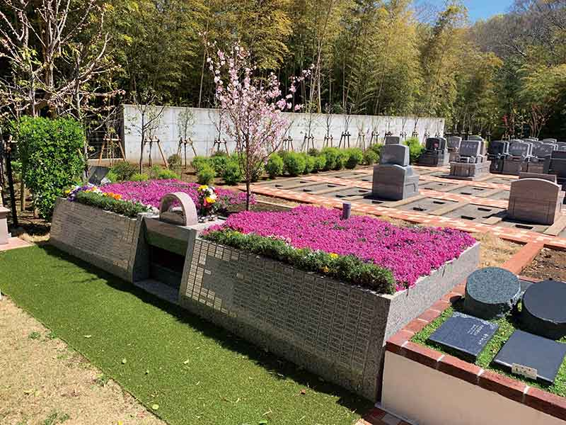 都筑まどか霊園 色鮮やかな花が咲く樹木葬