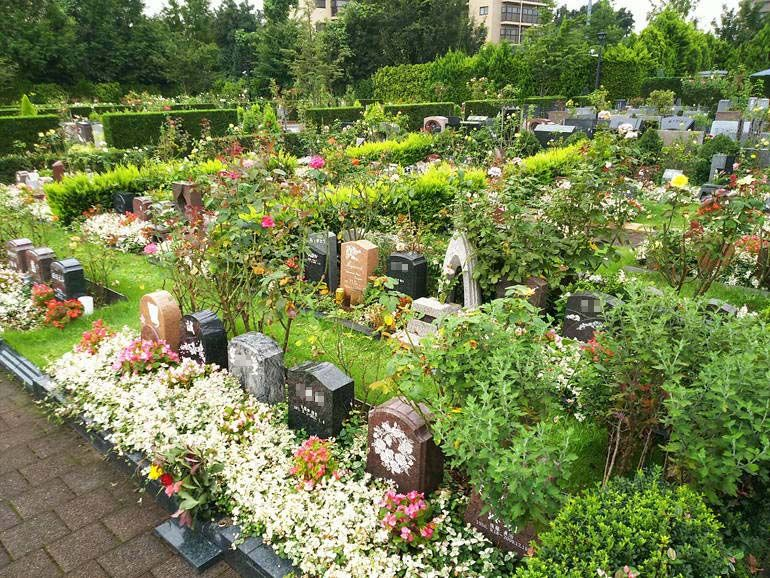 秋津ふれあいパークの墓域に立ち並ぶ個性的な墓石
