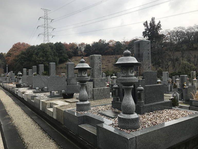 大阪狭山市営 西山霊園 灯篭のある墓石