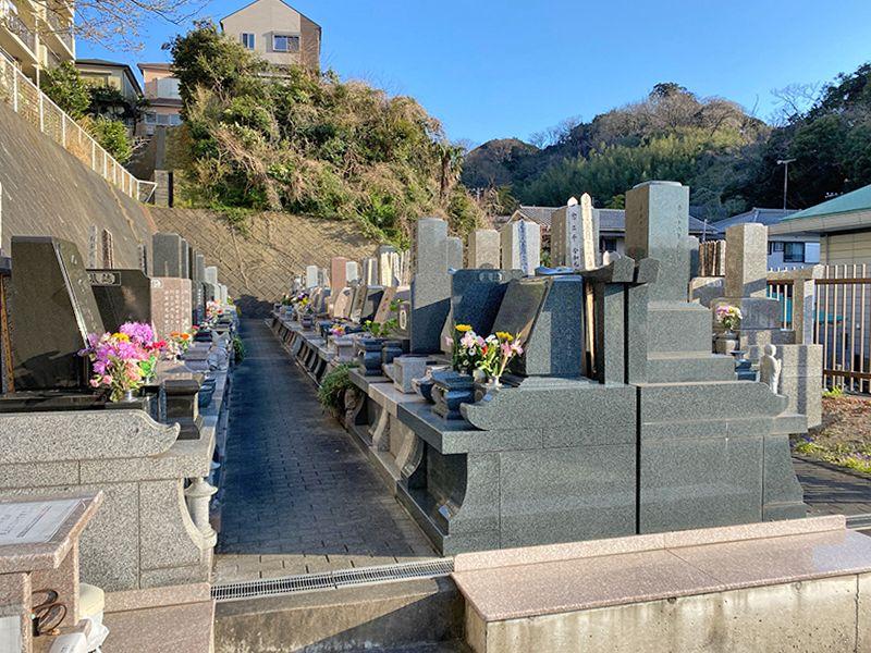 佐原霊園 花が添えられた墓石