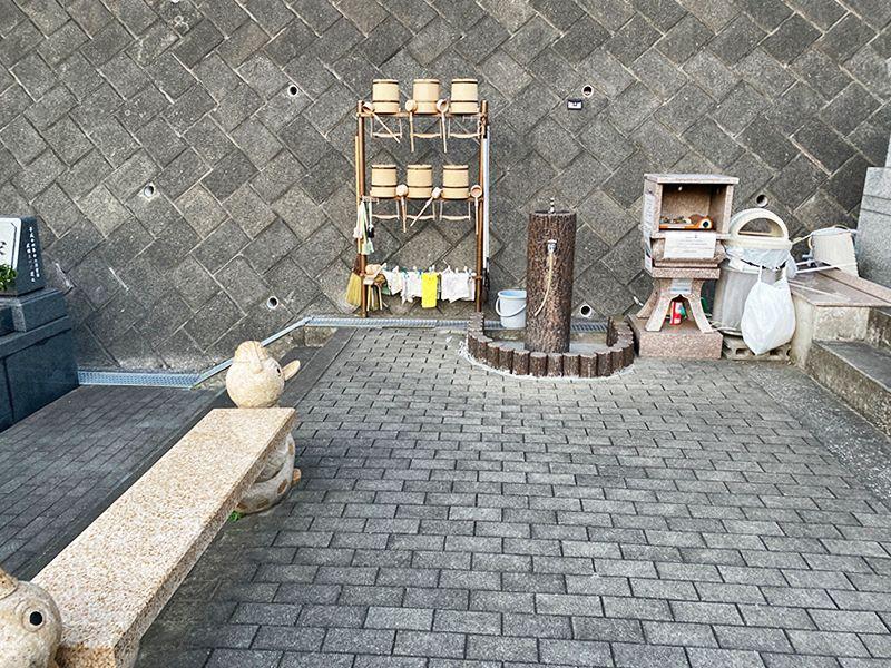 佐原霊園 掃除道具置き場と水場