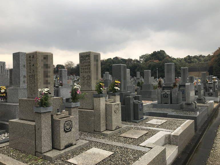 大阪狭山市営 西山霊園 花が供えられた墓石