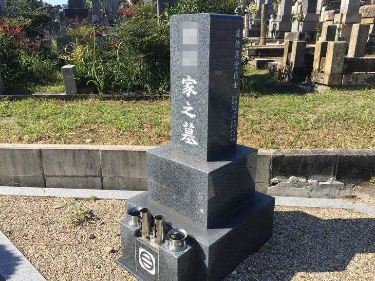 八事霊園に建つ和型墓石