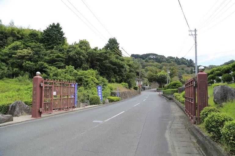 新宮霊園 木々に囲まれた霊園入り口