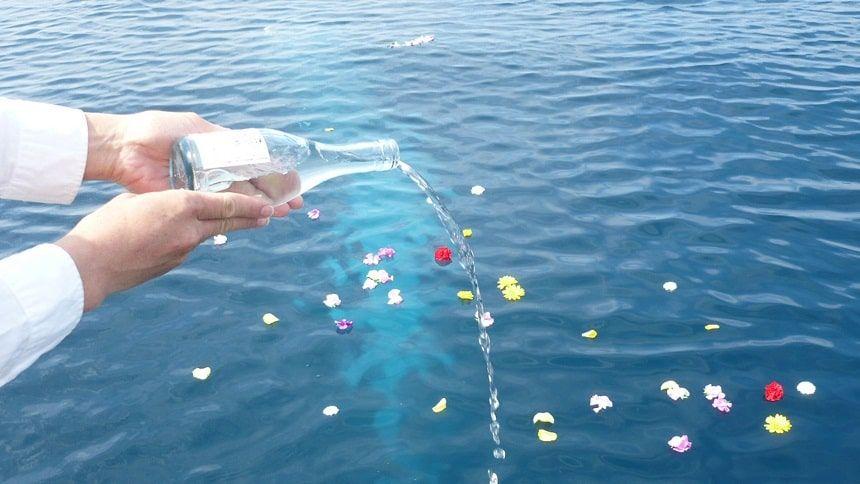 みんなの海洋散骨での献酒
