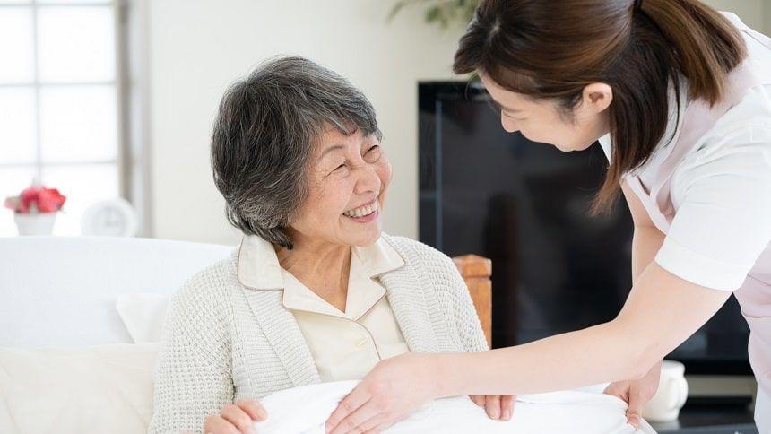 訪問介護の介護士と老女