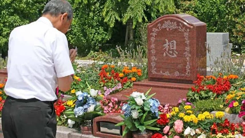 世田谷やすらぎ墓苑 花壇葬セレナージュでお参りしている風景