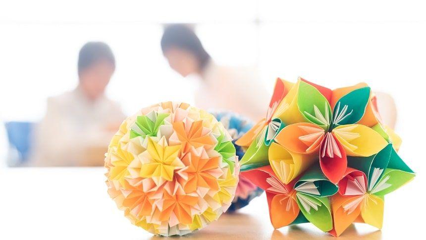 折り紙でできた毬と作る人たち