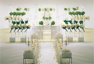 白い花で作られた明るい祭壇