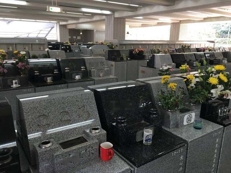 藤沢市営 大庭台墓園 花や飲み物が供えられた墓石