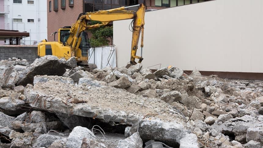 石を破壊する重機
