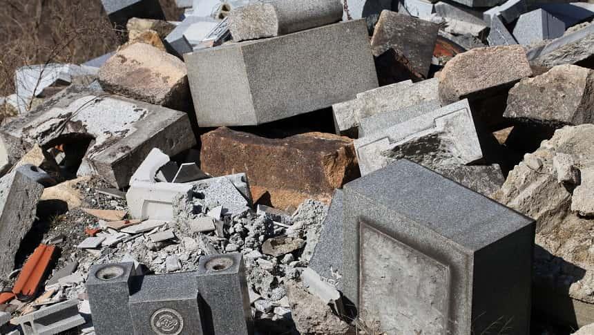 処分のために重ねられている墓石