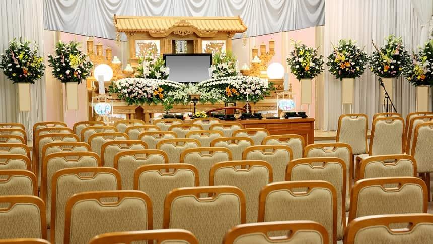 椅子が並ぶ葬儀場のなか