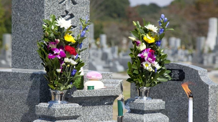 開眼法要で花と供物が供えられているお墓