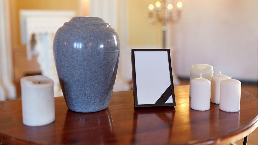 骨壷とロウソクが並べられているテーブル