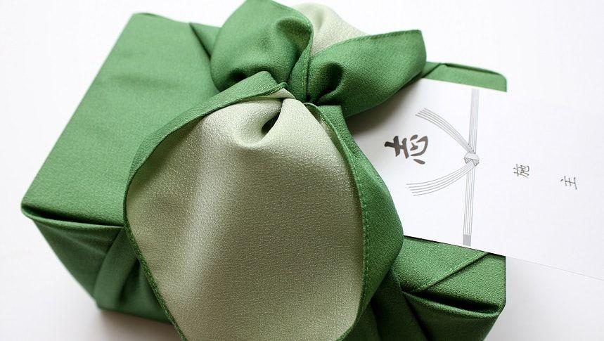 緑色の風呂敷に包まれた香典返し