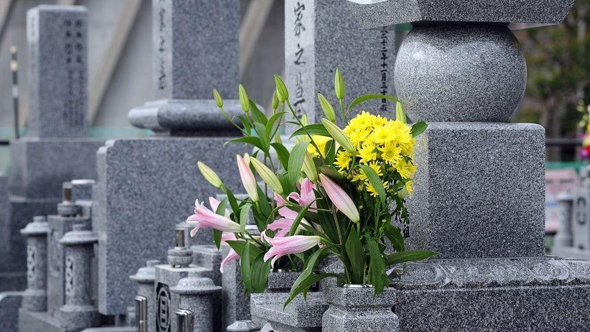 黄の仏花が供えられているお墓