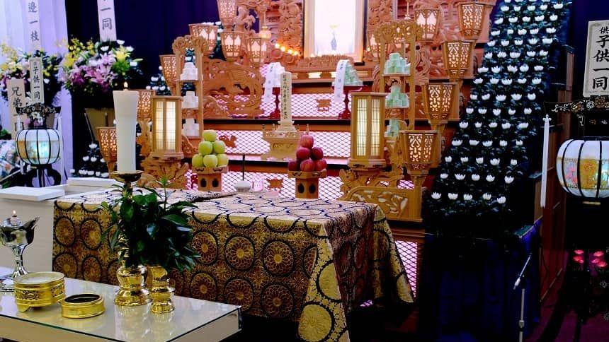 果物や花が供えられている祭壇