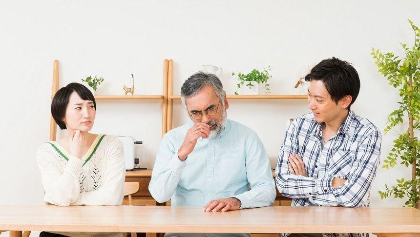 家族会議をする3人