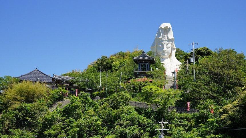 曹洞宗の寺院に立つ大仏