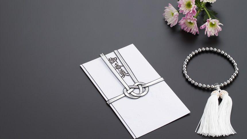 香典袋と数珠と仏花