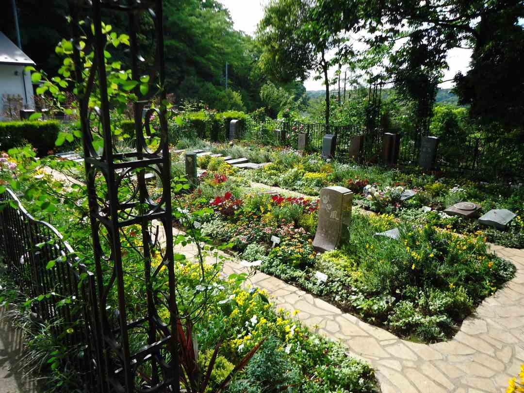 鎌倉やすらぎの杜 手入れされた花々を楽しめる墓域