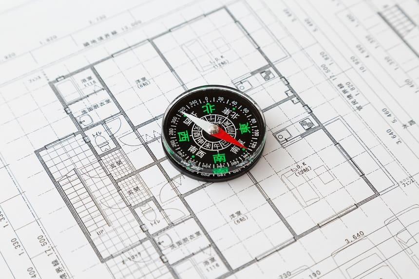 方位磁針と家の間取り図