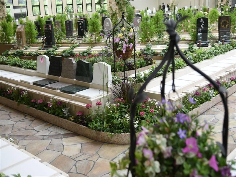 瑞現寺 札幌もなみふれあいパーク 手前に花を植栽できる代々墓「フルール」