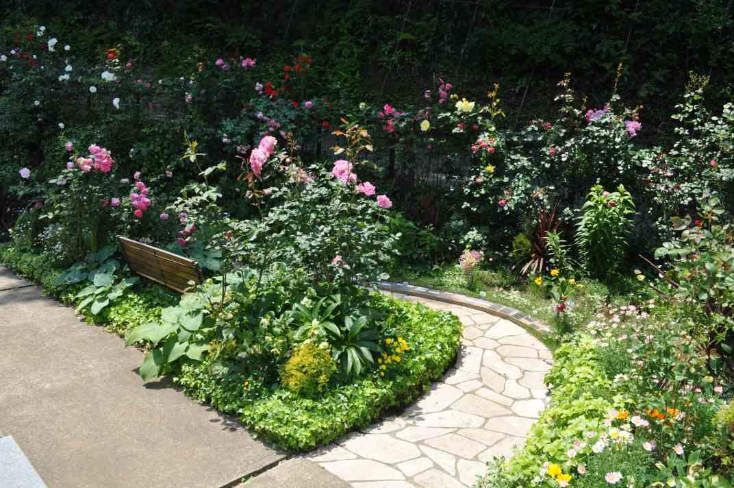 鎌倉やすらぎの杜 美しい花々が咲き誇る園内風景