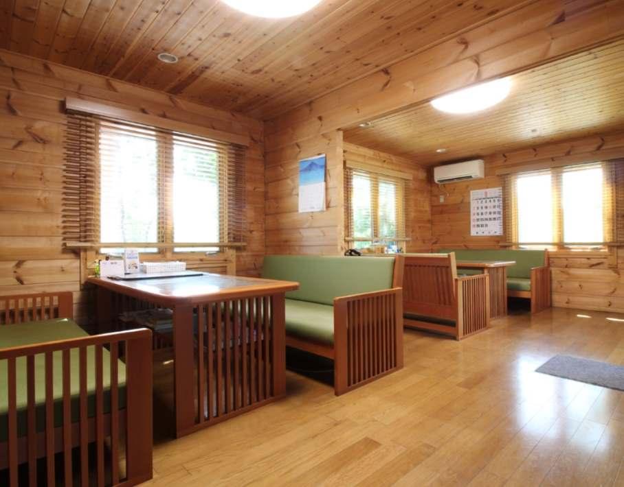 さわ霊園 明るい雰囲気の休憩スペース