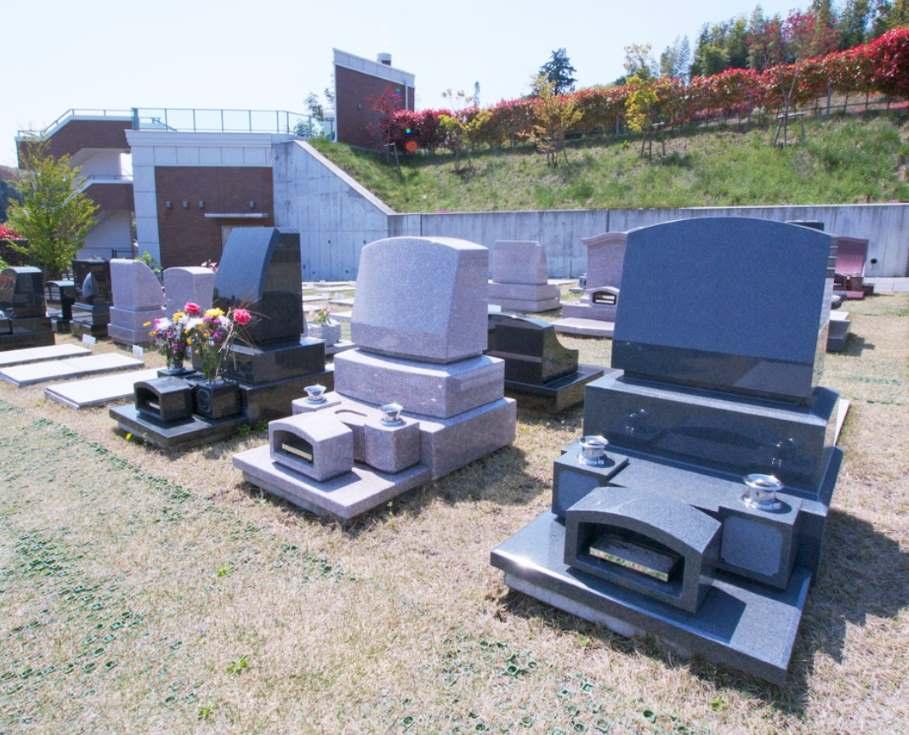 青葉ニュータウン霊園 墓域全体が芝で覆われている芝墓地