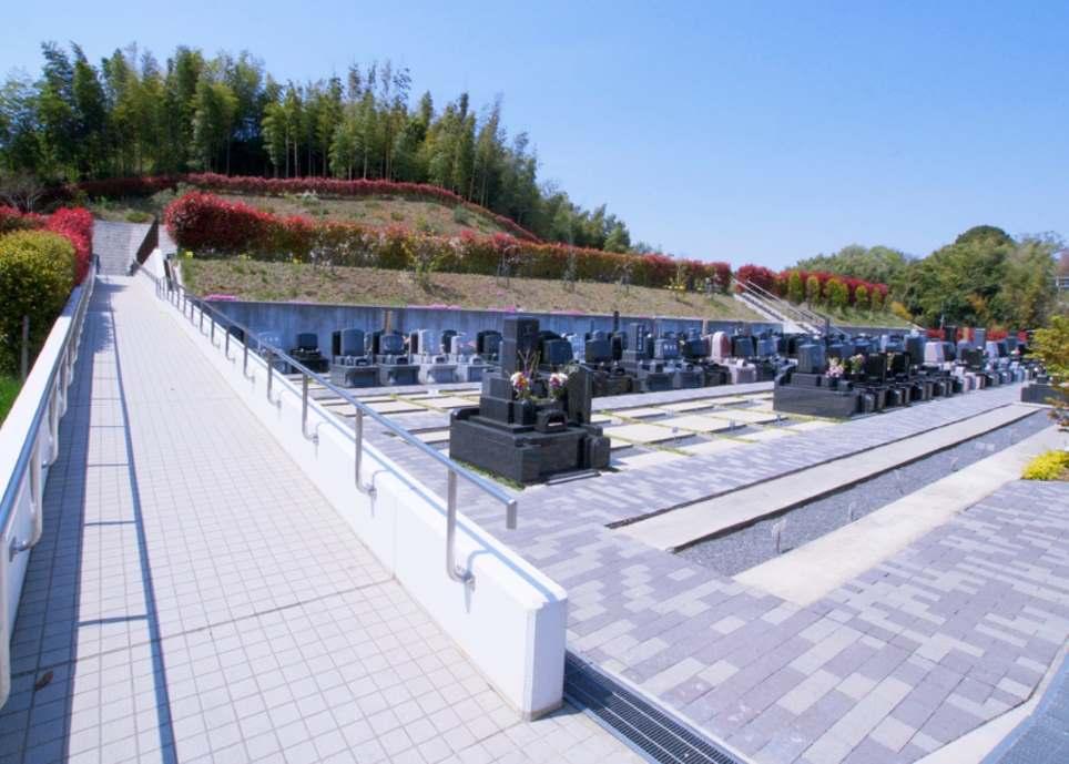 青葉ニュータウン霊園 スロープもあるバリアフリー設計の参道