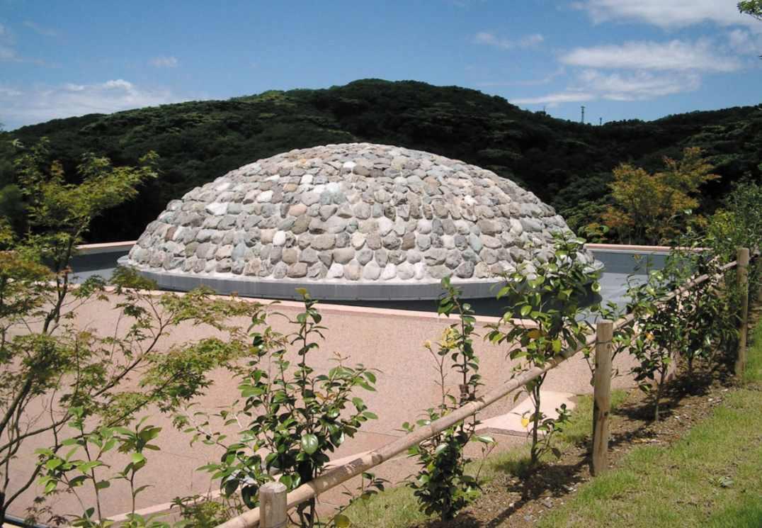 鶴岡八幡宮墓苑 石で作られた塚