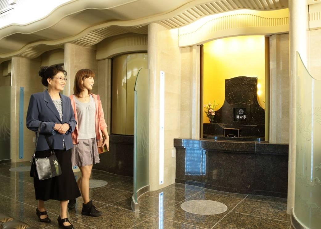ひかり陵苑の参拝室とお参りしている女性