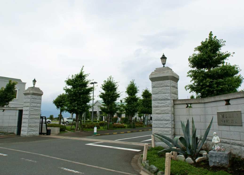 湘南公園墓地茅ヶ崎霊園 大きなエントランスはバリアフリー