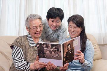 結いごとの自分史を見る家族