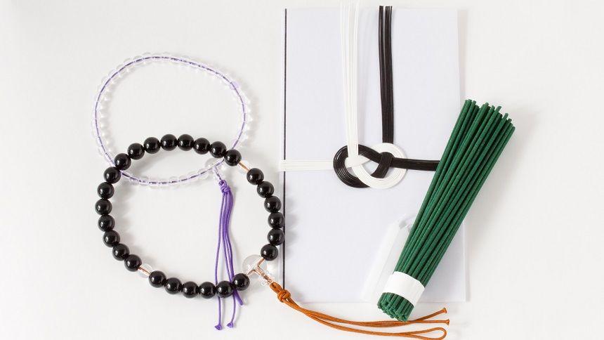 数珠と不祝儀袋と線香